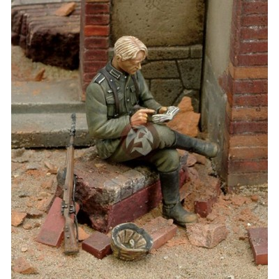 German Soldier Writing his Diary WWII ( 1/35 code 145 )
